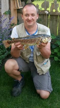 Auch unser Alexander kann mit einem großen Fang aufwarten Bachforelle gefangen im Mühlbach  Länge: 47 cm  Gewicht: 1,15 kg