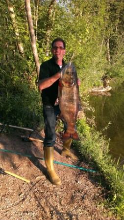 Da hat einer gut lachen  Stefen Augustin fing diesen Marmorkarpfen in unserem See Dietenheim I mit einem Schwimmbrot  Länge 1,06 m  Gewicht: 19,2 kg