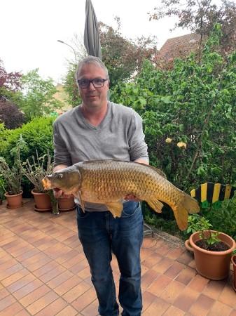 Da freut sich der Andreas über diesen schönen Schuppenkarpen gefangen mit Mais  Länge: 79 cm  Gewicht: 8,10 kg